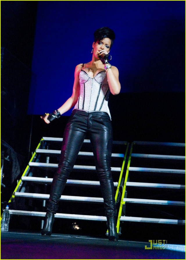 rihanna-b96-jingle-bash-03