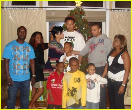 rihanna-christmas-chris-brown-family-02