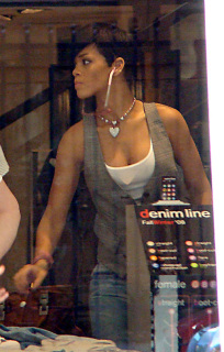 rihanna-chris-sydney-11108-8